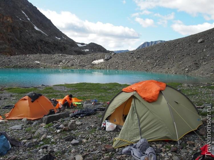 Озеро и палатки