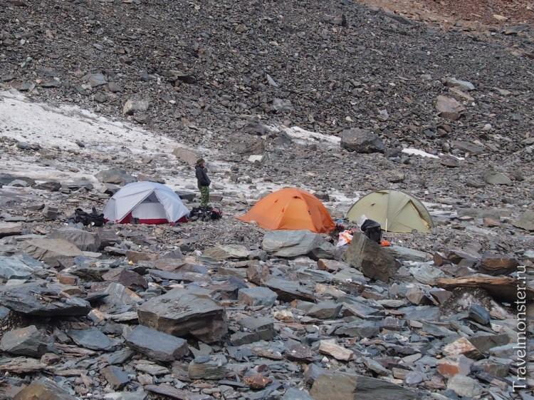 Палатки и лагерь на леднике