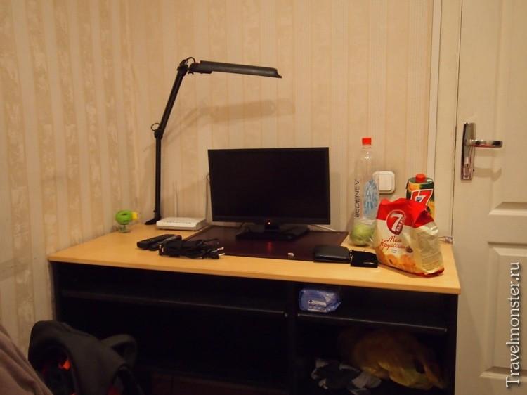 Стол в номере