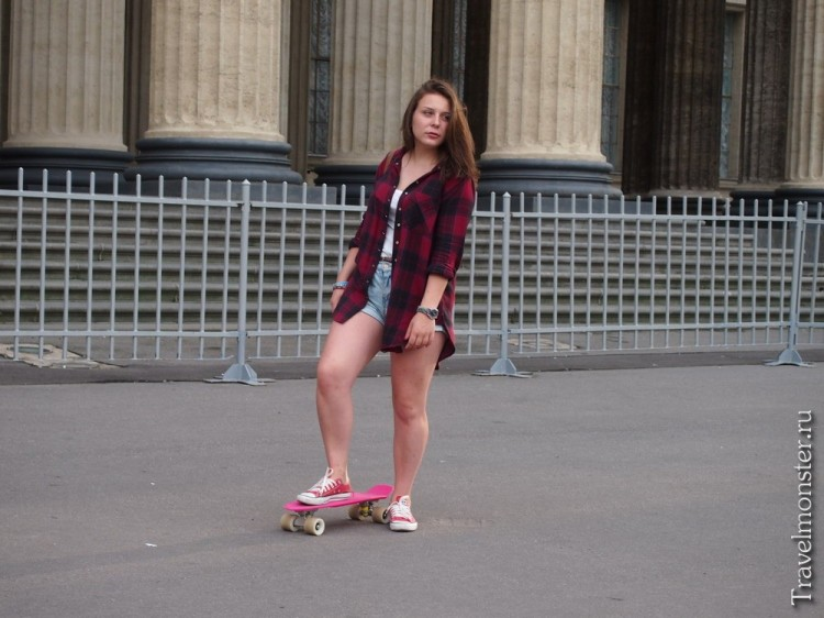 Девушка со скейтбордом
