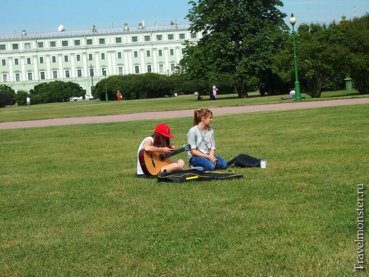 С гитарой на траве
