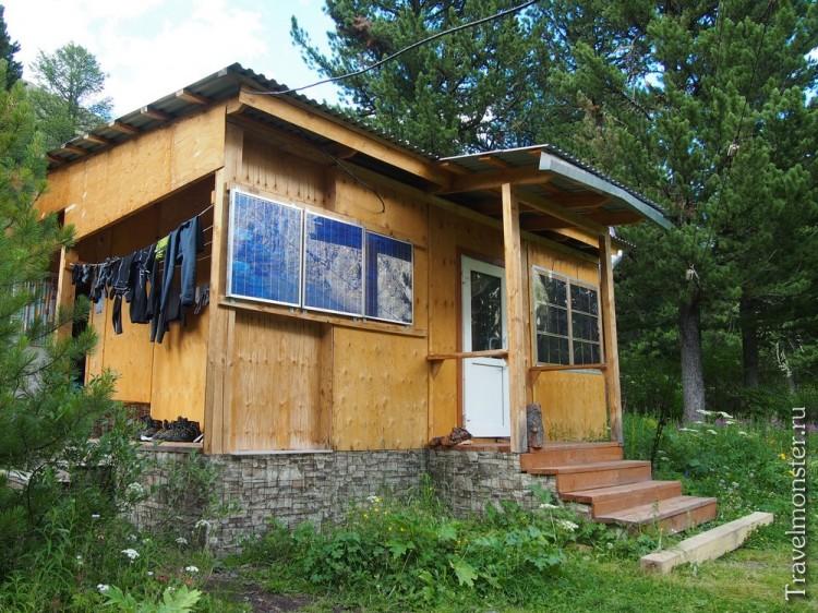 Вот в таком уютном домике с солнечными батареями мы и жили