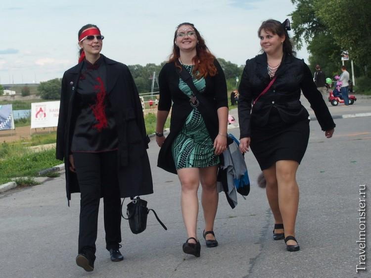 Девушки в костюмах