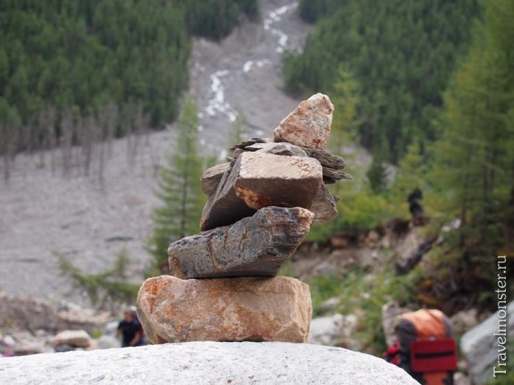 Кривой, сложенный из камней, тур