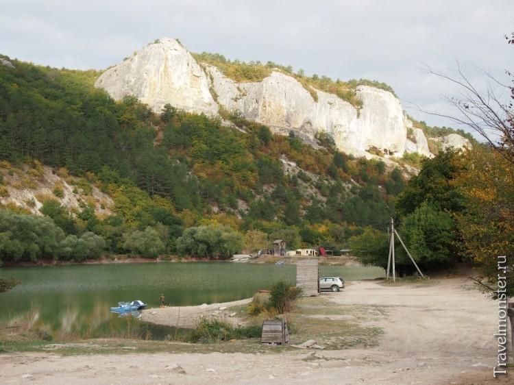 Летом спустился с горы - и сразу в озеро купаться!