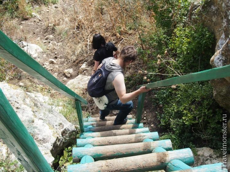 Монахи облегчают себе жизнь - зеленая лестница к монастырю