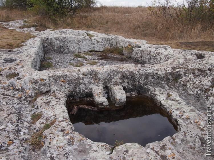 А здесь древние люди давили виноград и делали вино