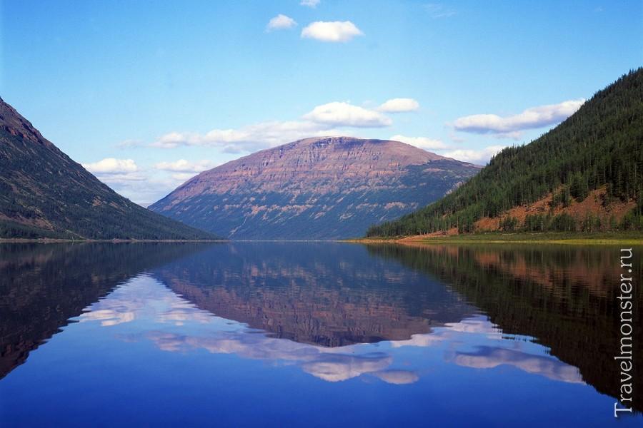 Красивое отражение гор в зеркальной воде
