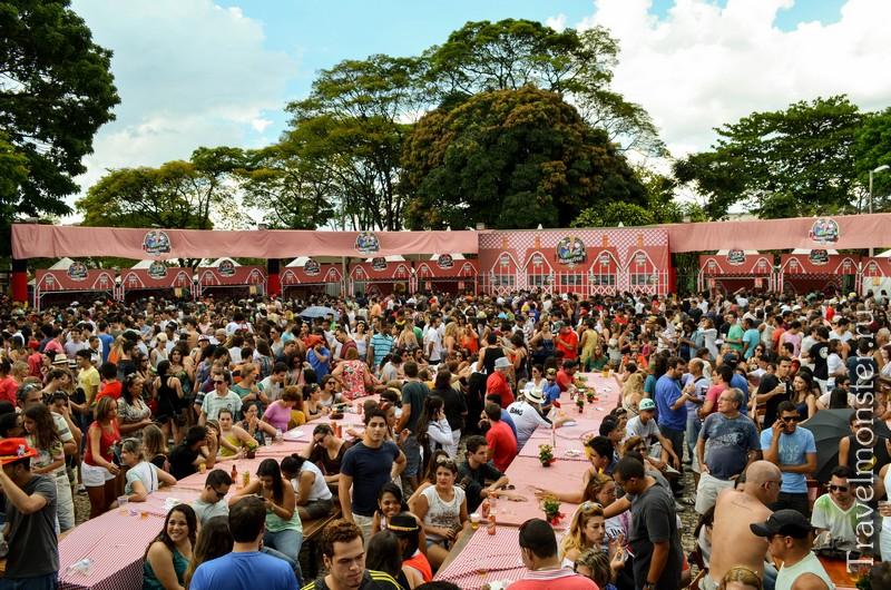 Открытые столы на пивном фестивале