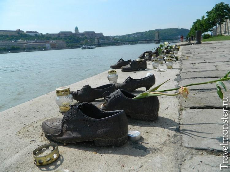 Мемориальный центр Холокоста в Будапеште на набережной