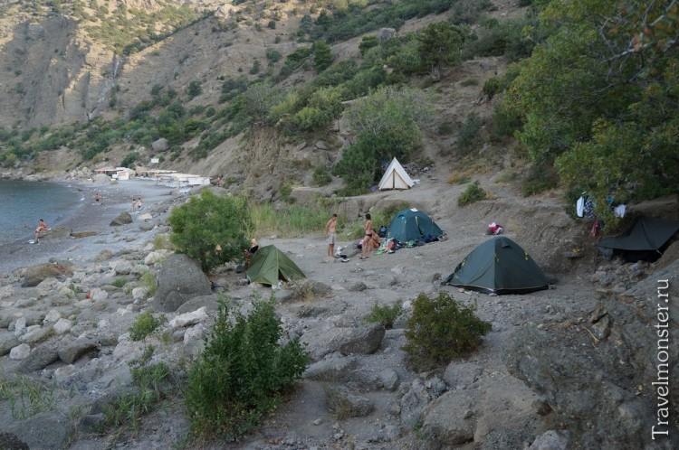 И можно пожить в палатках на почти пустом пляже!