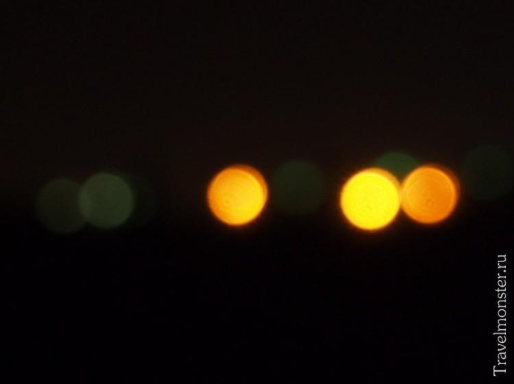 Огоньки города вдали подмигивают теплым уютным светом