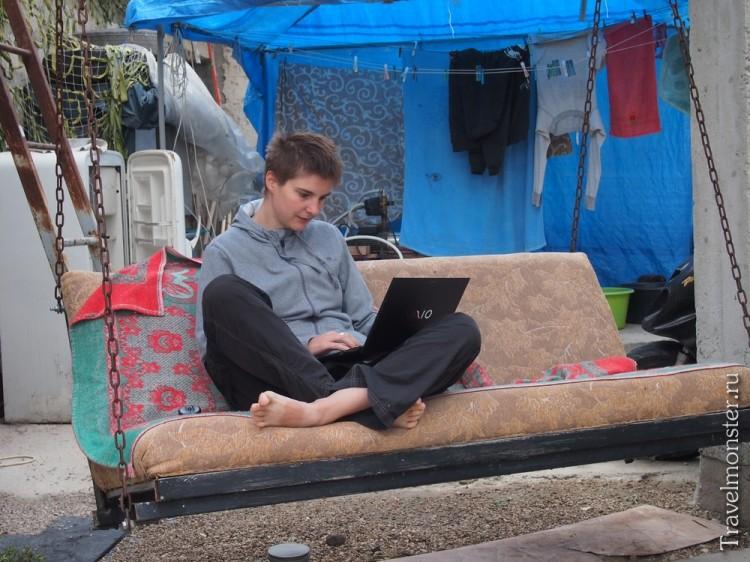 Вот так я и работаю в Крыму во время нашего путешествия