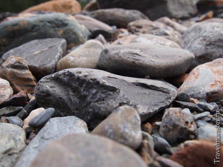 Камни на берегу горной речки