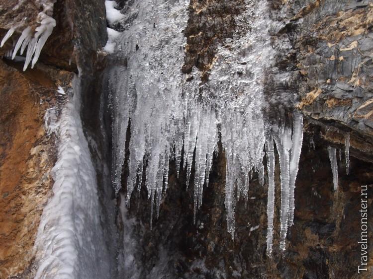 Сосульки на скалах, где течет ручей