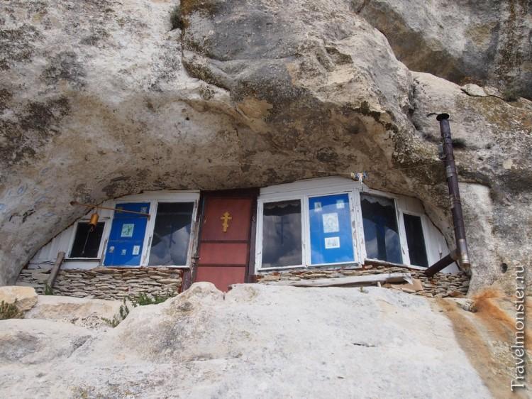 Вплавленные в гору кельи действующего монастыря на Мангупе