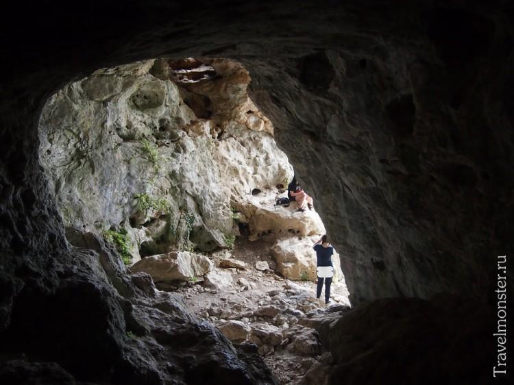 Первая комната многоуровневой карстовой пещеры на Мангупе