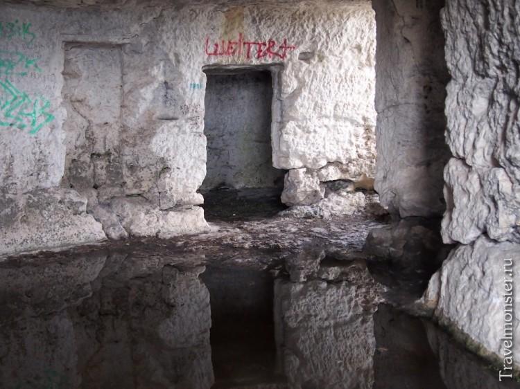 То ли тюрьма, то ли комнатки охраны на г. Мангуп