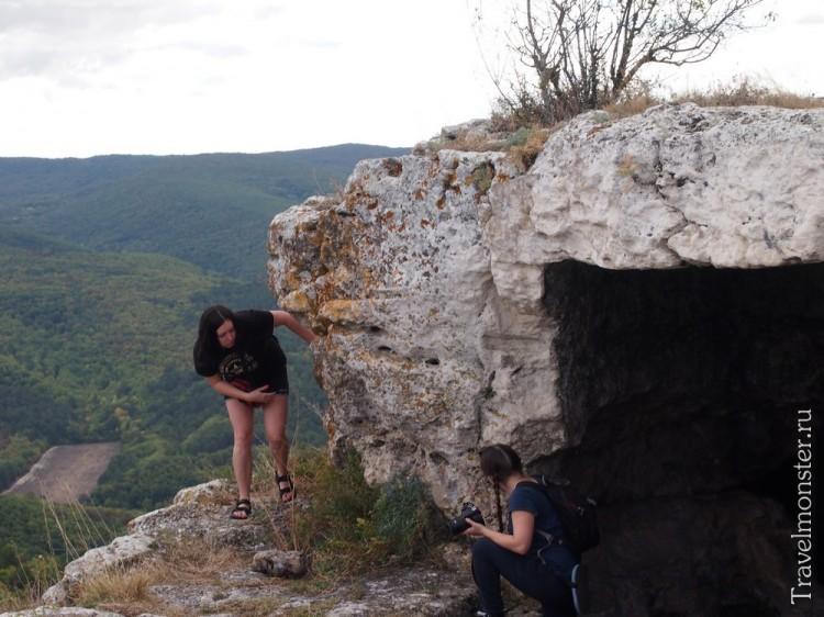 Ну как не облазить все пещеры, которые есть на горе?