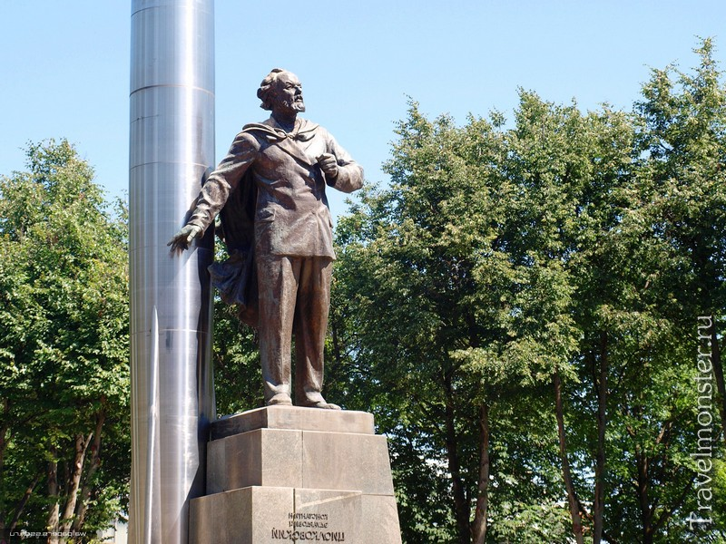 Памятник Циолковскому в Калуге на площади Мира