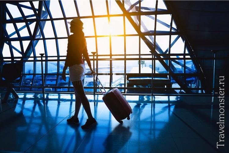 Девушка с дорожным чемоданом